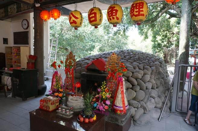 鯉魚伯公是台中東勢重要信仰,源於卵石堆砌而成的石崁,狀似「鯉魚」而得名。(王文吉攝)