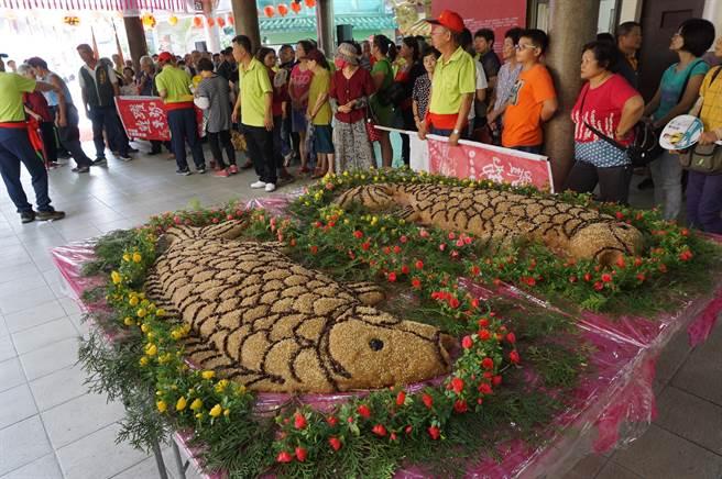 廟方製作108台斤鯉魚造型米糕,酬謝鯉魚伯公庇佑地方四時平安。(資料照片)