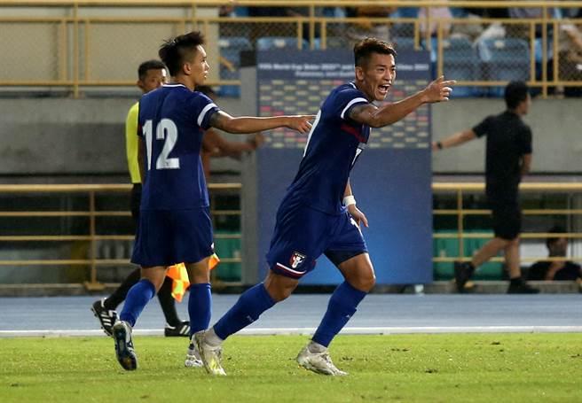中華男足6月將在科威特市進行最後3場世足資格賽,右為隊長陳柏良(右)前年9月在台北田徑場助攻溫智豪攻破約旦大門。(資料照/李弘斌攝)