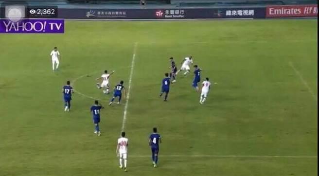 約旦首顆進球,畫面右下方的9號明顯處於越位位置。(雅虎體育截圖/李弘斌傳真)