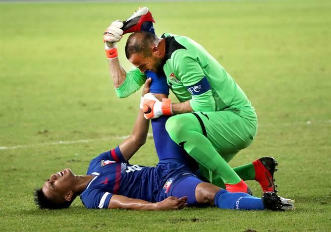 陳浩瑋(下)左大腿抽筋,約旦門將薩菲立刻上前幫忙拉筋。(鄭任南攝)