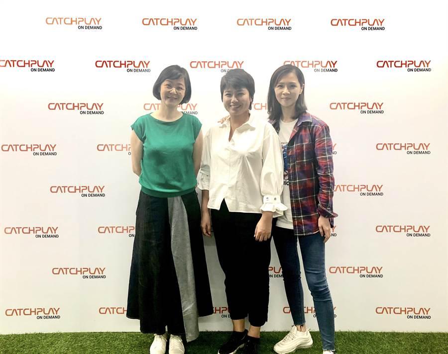 《俗女養成記》導演嚴藝文、女主角謝盈萱與原著作家江鵝,首次同台現身。(CATCHPLAY提供)