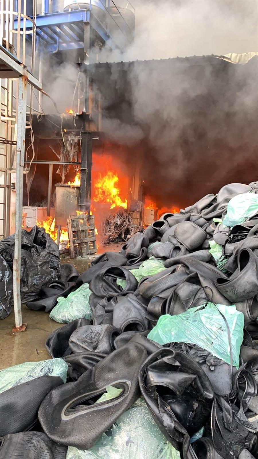 蘆竹山腳一間橡膠工廠發生火警,濃煙密布,消防人員搶救中。(桃園市消防局提供/甘嘉雯傳真)