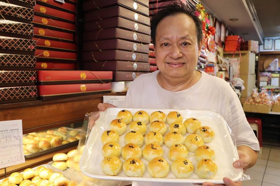新北市新莊區「老順香」糕餅店傳香近150年,圖為第4代傳人王明朝。(吳亮賢攝)