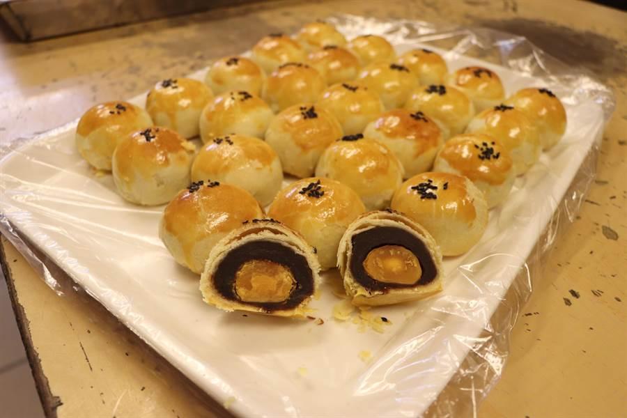 新北市新莊區「老順香」糕餅店的紅豆蛋黃酥,為中秋熱賣商品。(吳亮賢攝)