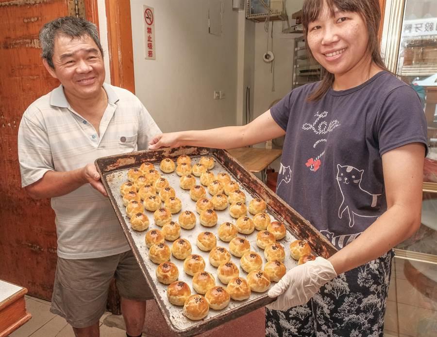 「麵包王」王培基(左)做好剛出爐熱騰騰的蛋黃酥。(羅浚濱攝)