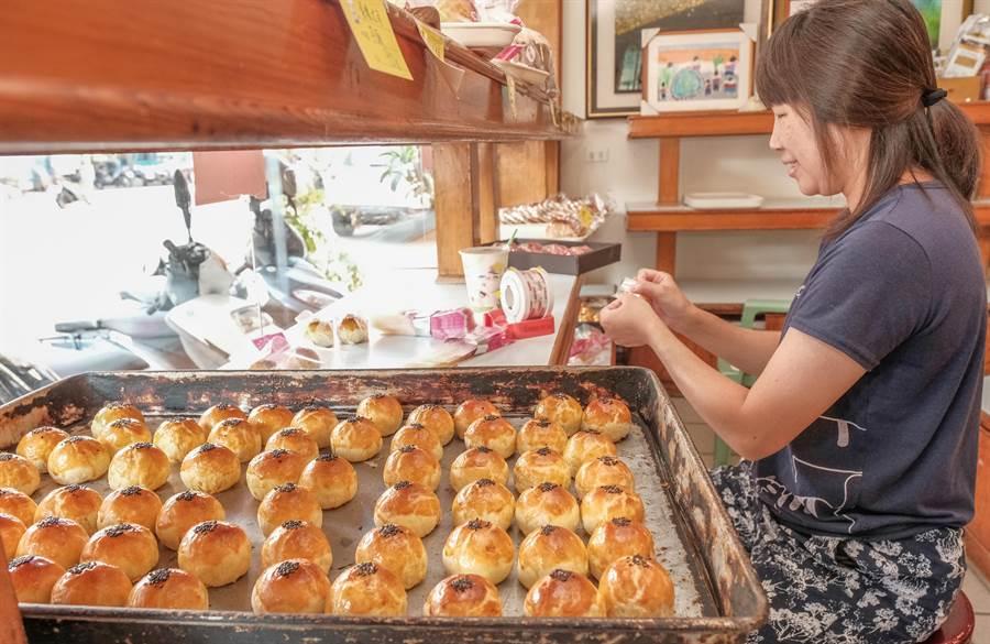 真源香西點麵包做的蛋黃酥,色香味俱全做包裝。(羅浚濱攝)