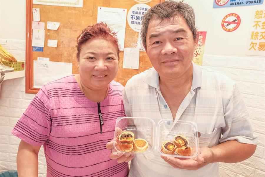 「麵包王」王培基夫婦做豆沙、鳳梨及烏梅3種蛋黃酥。(羅浚濱攝)