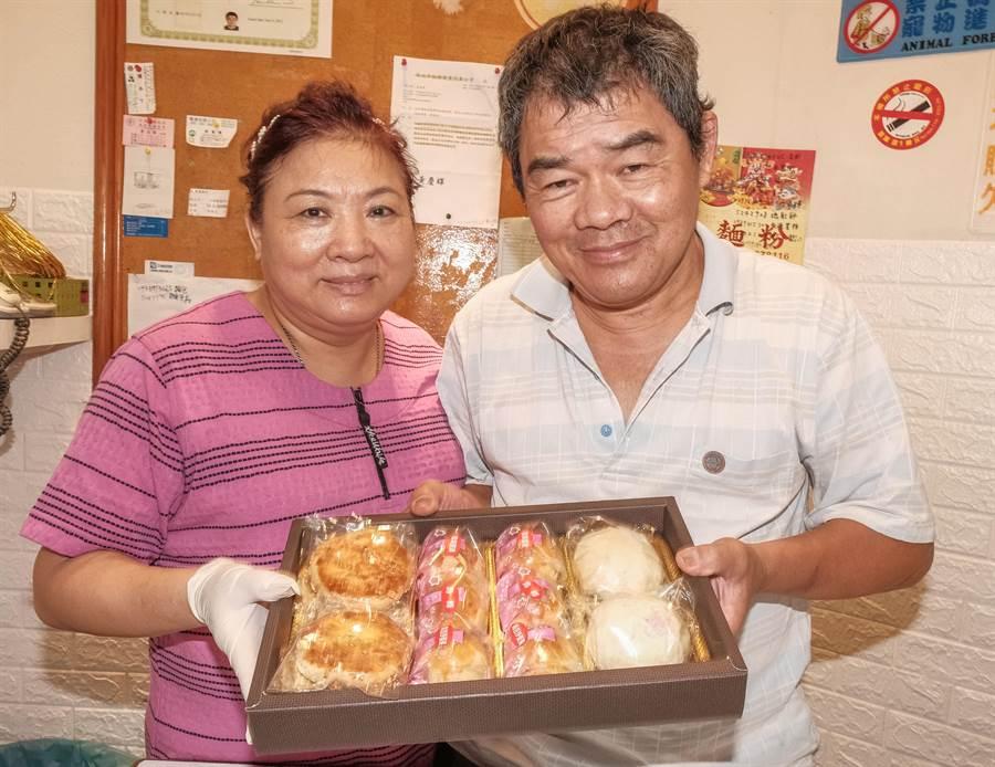 「麵包王」王培基夫婦做客人訂購中秋禮盒,有竹塹餅、2排3種口味蛋黃酥及綠豆椪(左至右)。(羅浚濱攝)