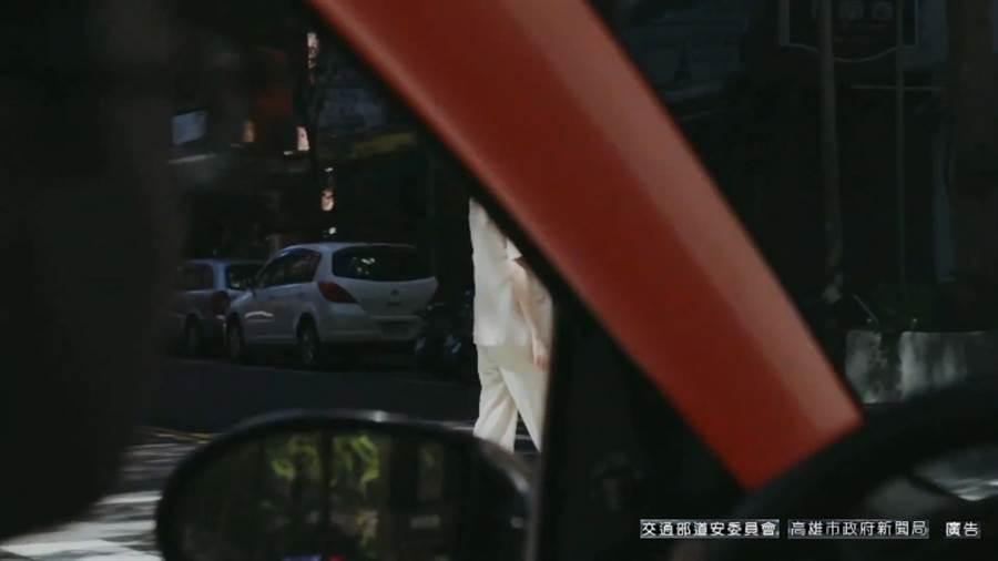 「A柱」紅色區域為連結擋風玻璃和車門之間的柱子,提醒駕駛們轉彎時須特別留意/截取自youtube