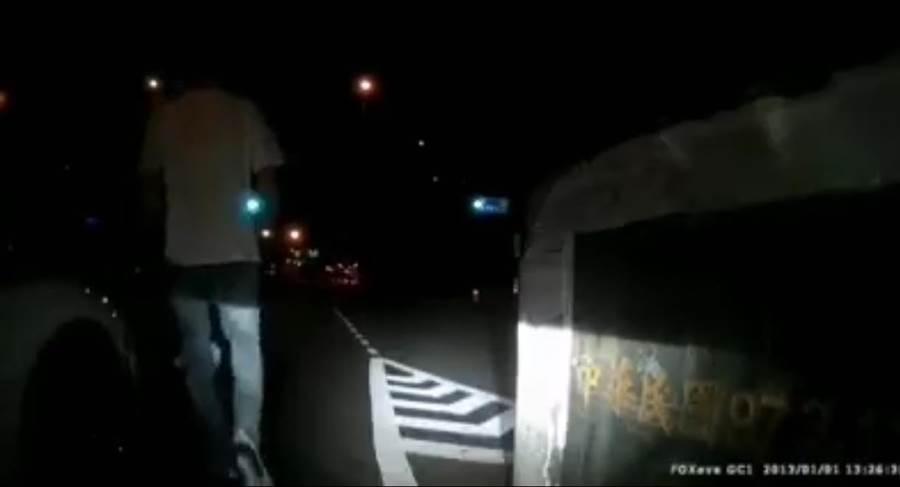 騎乘重型機車的男子,遭到轎車駕駛踹傷,報警處理。(蘆竹分局提供/甘嘉雯傳真)
