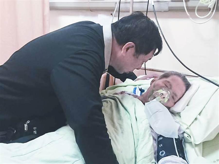 西安台商協會副會長何善溪(左)安寧療護盡一己心力。(黃子明攝)