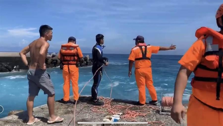 海巡人員前往救援。(翻攝照片/楊漢聲台東傳真)