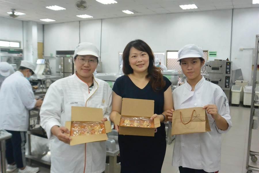 苗栗苑裡龍德家商餐飲科每逢中秋前夕會製作月餅分送社福團體,今年預計製作300盒只送不賣。(巫靜婷攝)