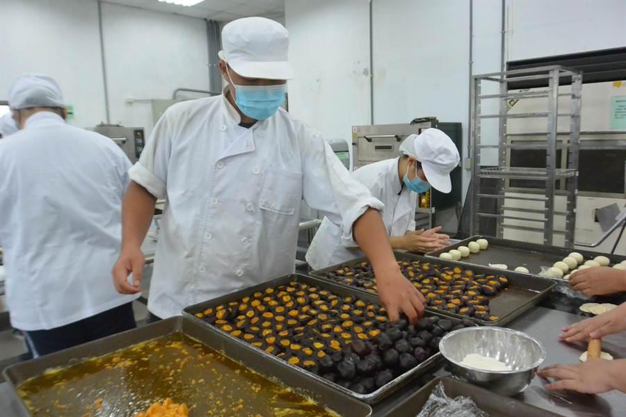 龍德餐飲科學生仔細捏製月餅,講求烘焙作品盡善盡美。(巫靜婷攝)