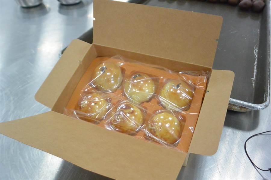 龍德家商餐飲科月餅1盒6顆裝,分為烏梅及紅豆2種口味。(巫靜婷攝)