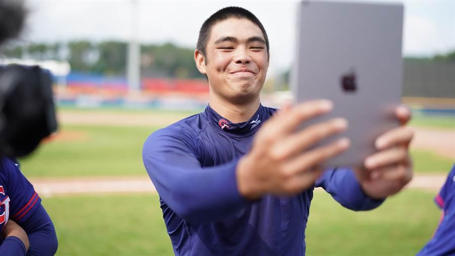 中華隊先發投手陳柏毓6局僅失1分,賽後開心自拍。(中華棒協提供/鄧心瑜傳真)