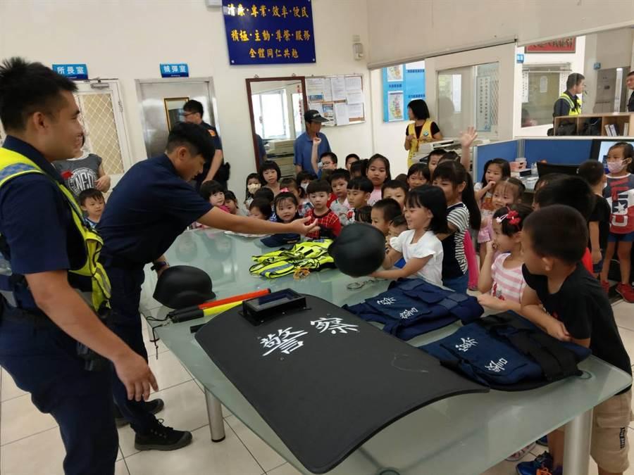 孩童在開學時到龍潭派出所參訪,認識警察工作。(龍潭分局提供/邱立雅桃園傳真)