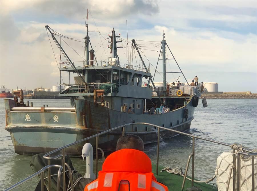 大陸籍「閩」字號漁船遭查扣60天,5日被台中海巡隊驅離出境。(台中海巡隊提供/陳淑娥台中傳真)