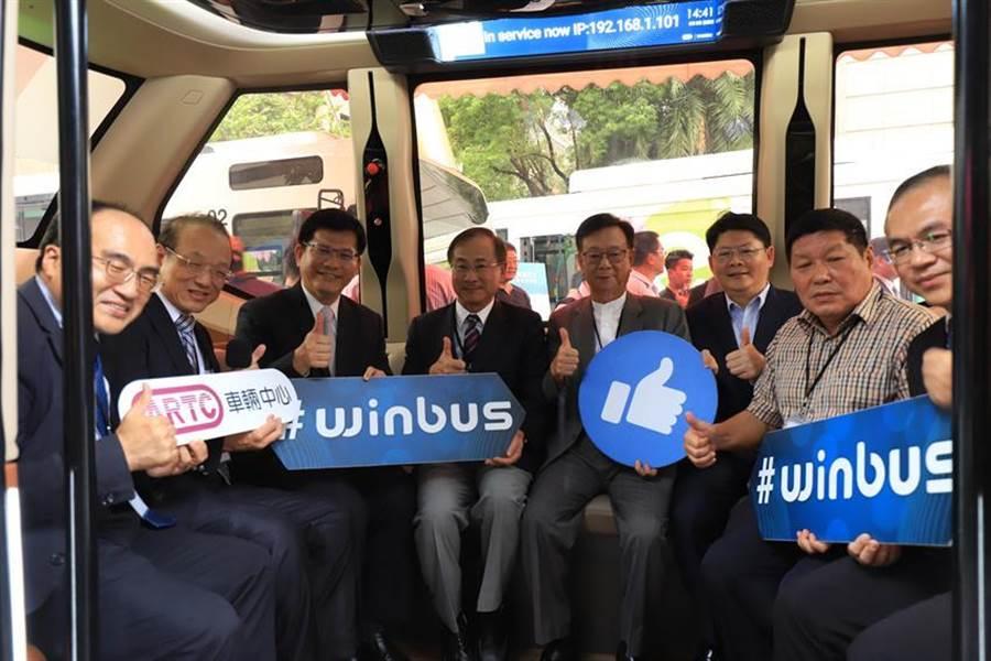 交通部衝刺2030全面電動大客車目標,部長林佳龍今(4)日表示,推動汰換燃油大客車的過程,要做到「國產化、技術自主」兩項目標。(圖/交通部提供)