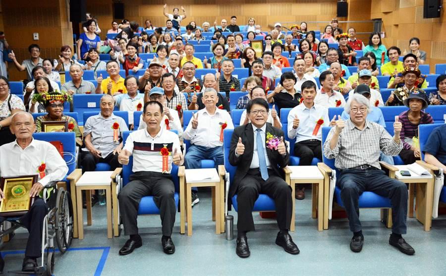 屏東縣政府績優鄰里長表揚,感謝這駐守社區的無名英雄長年無私奉獻。(林和生攝)