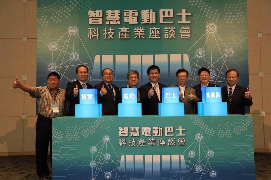 交通部衝刺2030全面電動大客車目標,部長林佳龍今(4)日表示,推動汰換燃油大客車的過程,要做到「國產化、技術自主」兩項目標。(交通部提供)