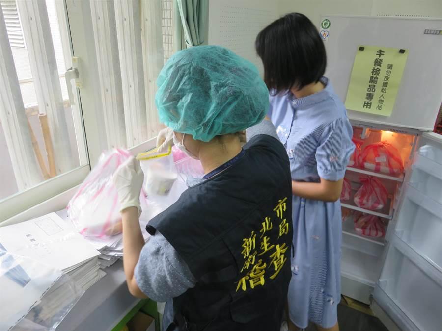 衛生局人員於文德國小留樣檢體採檢。(新北市衛生局提供/譚宇哲新北傳真)