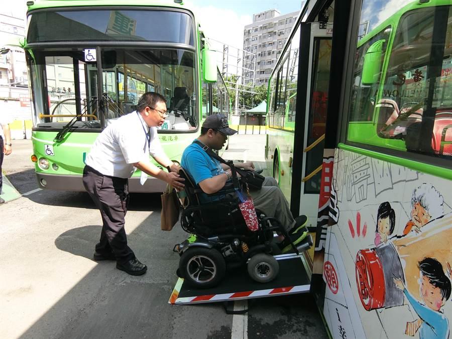身障朋友以前搭公車常遇高地板阻礙,現在全台中市有7成5以上公車都為低地板,司機熱心協助,讓身障朋友搭公車,方便出門。(盧金足攝)