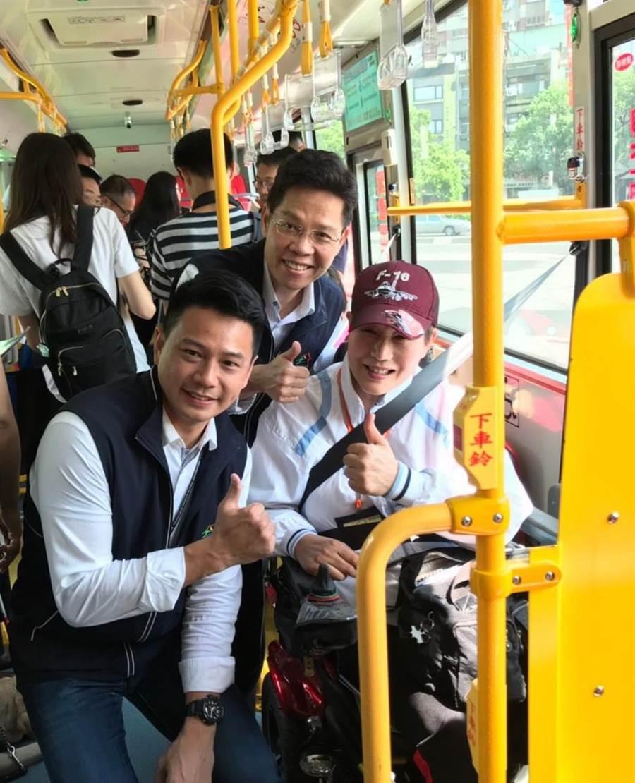 台中市交通局長葉昭甫(左起)、社會局長李允傑5日親自體驗無障礙公車,聽取身障朋友心聲,作為規畫友善公車服務的參考。(盧金足攝)