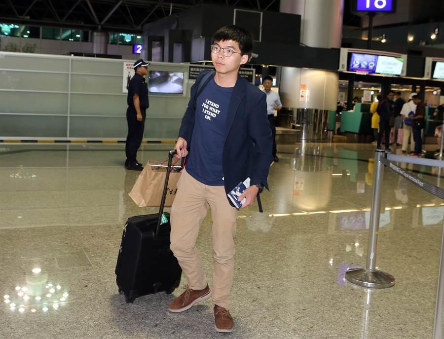 香港眾志祕書長黃之鋒結束3天2夜訪台行程,5日晚間搭機離台返港。(陳麒全攝)