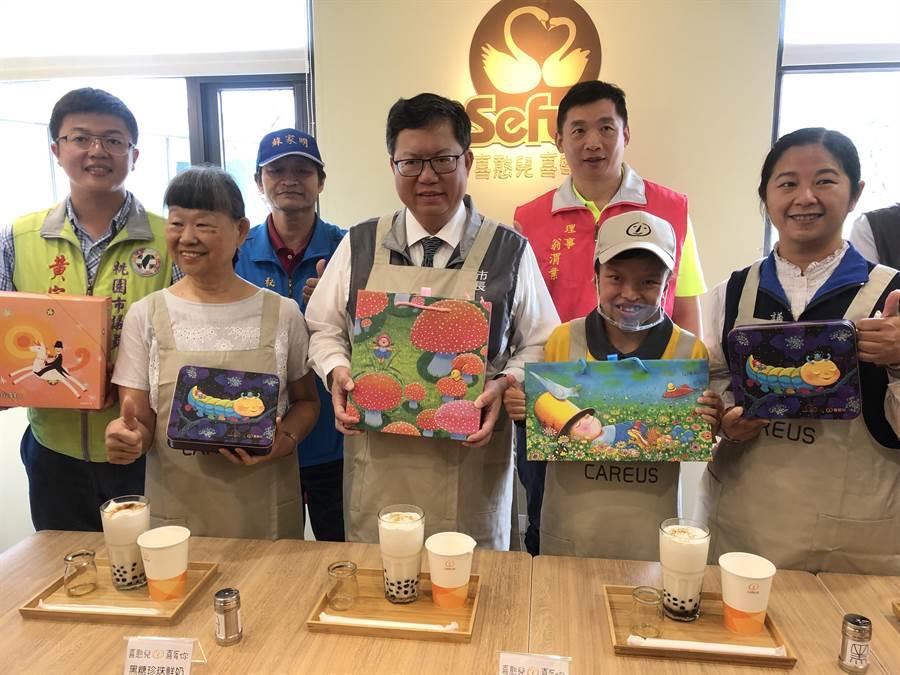 市長鄭文燦幫宣傳也跟著喜憨兒動手做珍奶。(蔡依珍攝)