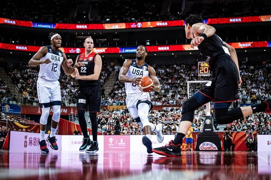 美國前鋒哈里生巴恩斯運球切入禁區準備上籃。(摘自FIBA官網)