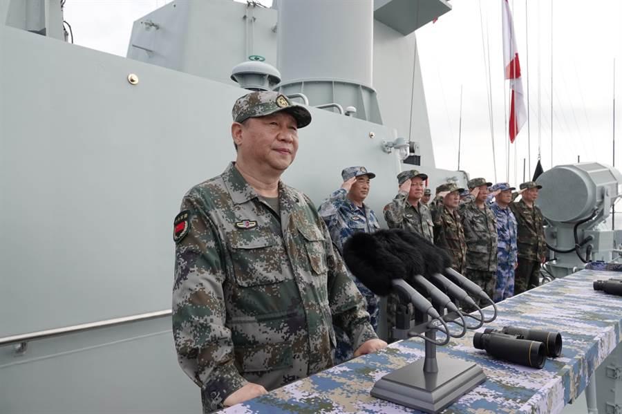 去年,習近平主席在南海視察了大陸的艦隊。(新華社)