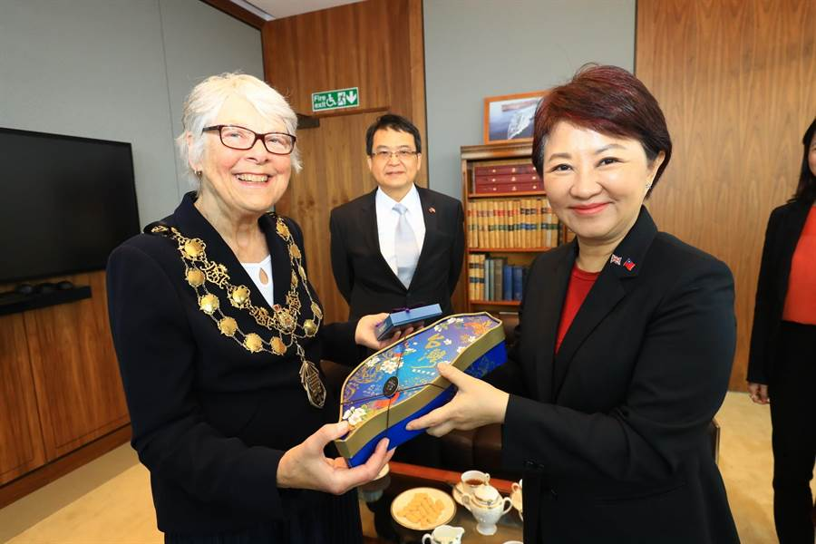 台中市長盧秀燕(右)致贈西敏市長Ruth_Bush台中特色伴手禮。(台中市新聞局提供/盧金足台中傳真)