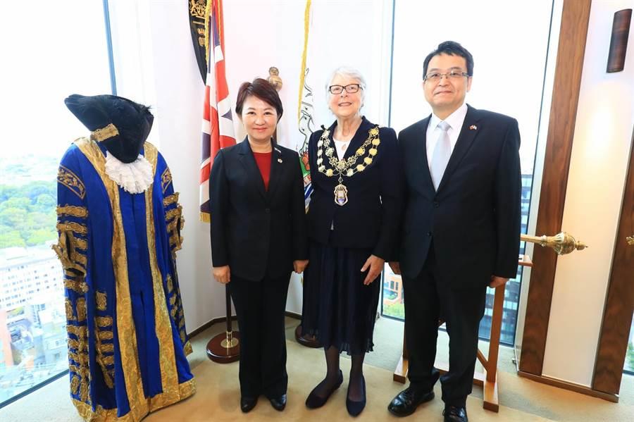 西敏市市長Ruth_Bush(中)向台中市長盧秀燕(左)、市府祕書長黃崇典展示她參加傳統儀式所穿的禮服及權杖並合影。(台中市新聞局提供/盧金足台中傳真)