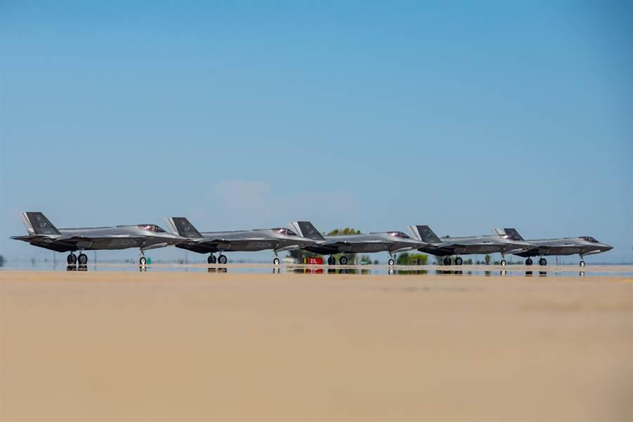 為對抗中共逐漸增加的殲-20隱形戰機,美國將在大陸周邊地區擴大部署F-35戰機,總數或達220架。(圖/美國空軍)