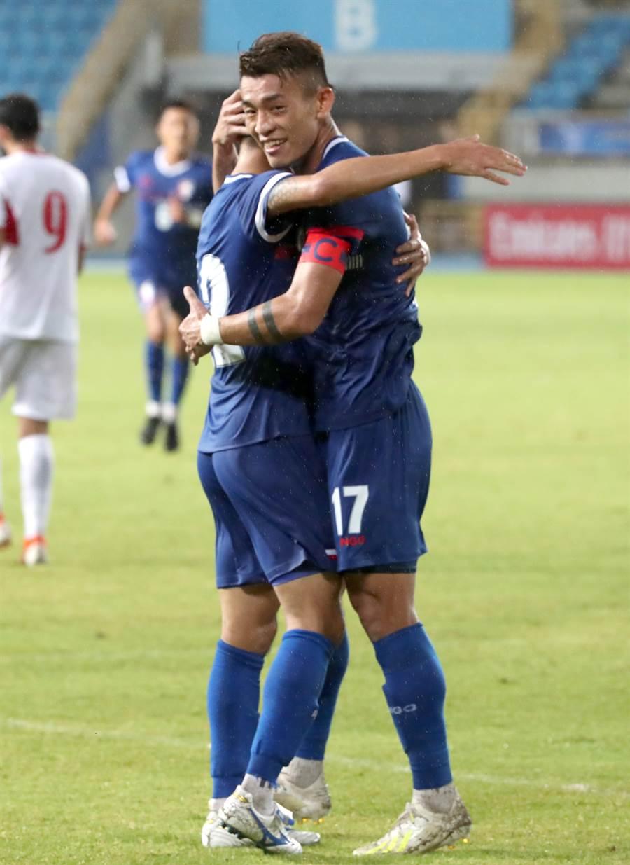台灣隊長陳柏良(右)擁抱進球的溫智豪。(鄭任南攝)