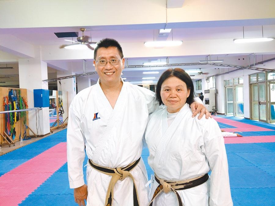 空手道教練黃泰吉、廖德蘭夫婦,20年來默默付出,不僅以空手道引導弱勢孩子立定人生目標,也締造了南投縣的空手道傳奇。(陳界良攝)
