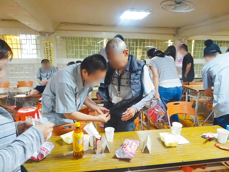 台北看守所4日在所內舉辦面對面懇親活動,開放百位收容人在佳節前夕,與父母妻小面對面相聚,紓解思鄉之愁。(許哲瑗攝)