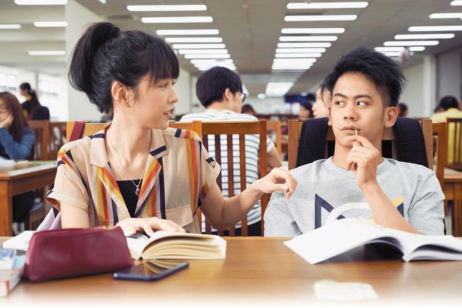 李淳(右)在片中暗戀邵雨薇,戲外則努力找共同話題。(威視提供)