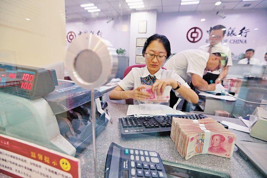 山西太原一銀行工作人員清點人民幣。(中新社資料照片)