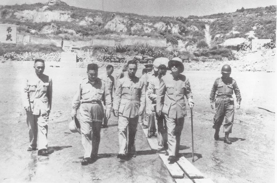 八二三炮戰期間,共軍向金門諸島發射47萬多發炮彈。圖為蔣中正當時赴金門前線視察。(本報系資料照片)