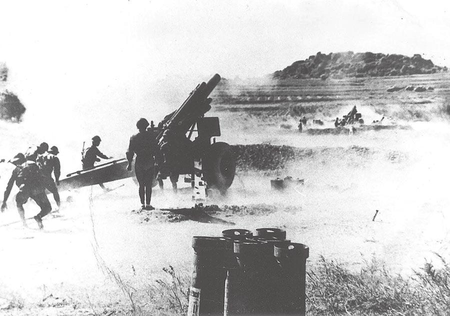 八二三炮戰期間國軍炮兵在沒有掩護的尚義機場反擊共軍。(本報系資料照片)