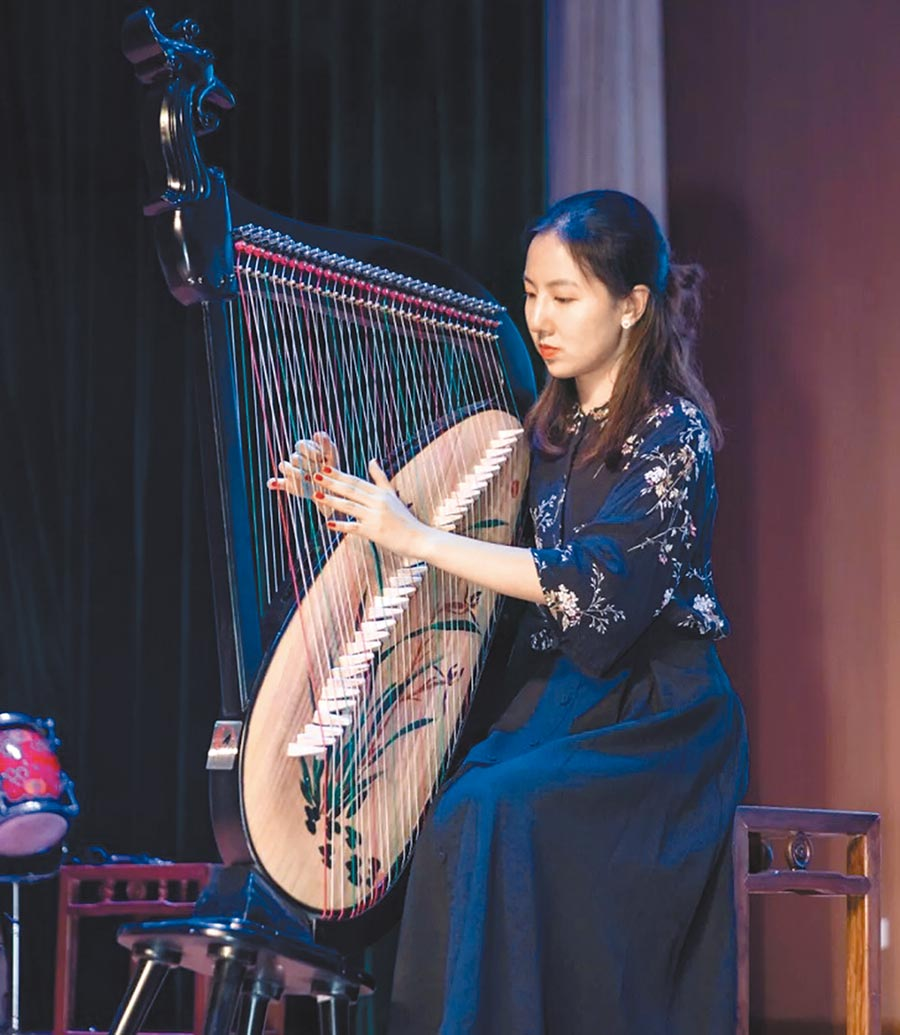 楊柳是杭州師範大學錢江學院以箜篌為主修樂器的學生。(取自微博@杭州師範大學錢江學院)