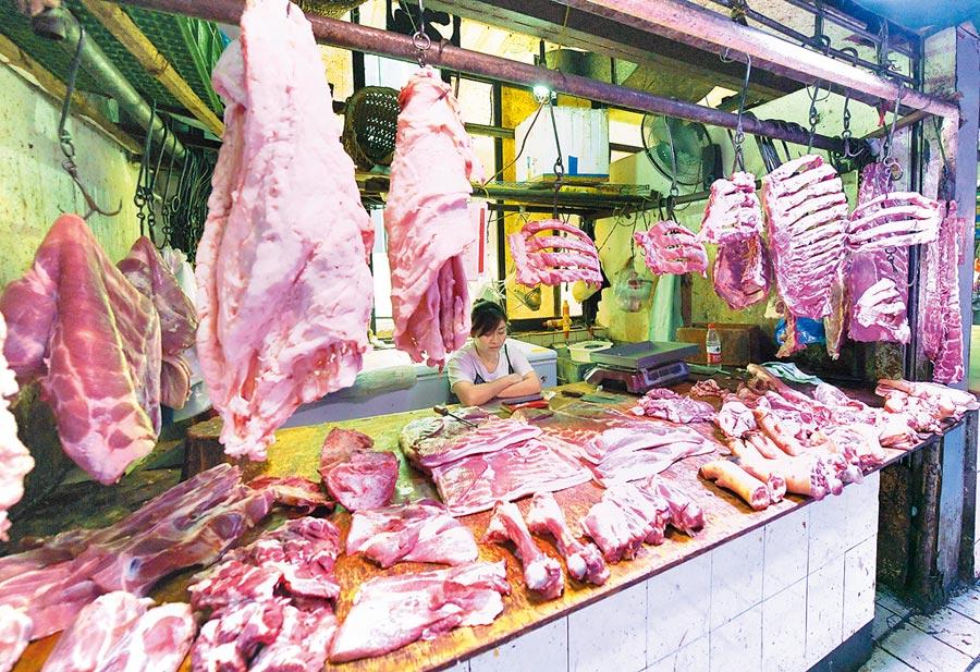 重慶一家農貿市場內,商販正在擺放豬肉。(中新社資料照片)
