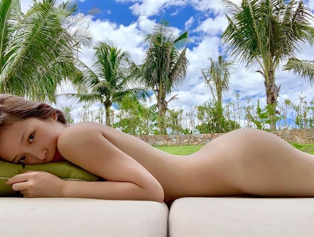 雞排妹一撕不掛側臥在沙發上,大秀迷人身材曲線,寫著「山谷之間有藍天,你覺得趴左邊好看還是右邊」?(圖摘自雞排妹粉專《雞排妹ili鄭家純》)