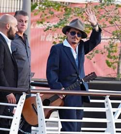 強尼戴普現身威尼斯影展 隨身攜帶這個外界吃驚