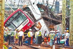 轟 日橫濱列車撞卡車 1死33傷