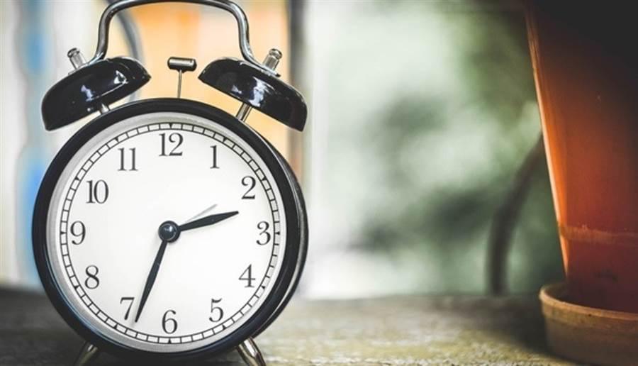 日常作息忙碌,可能讓你的生理時鐘配合不上社交時鐘。(圖片來源:pixabay)