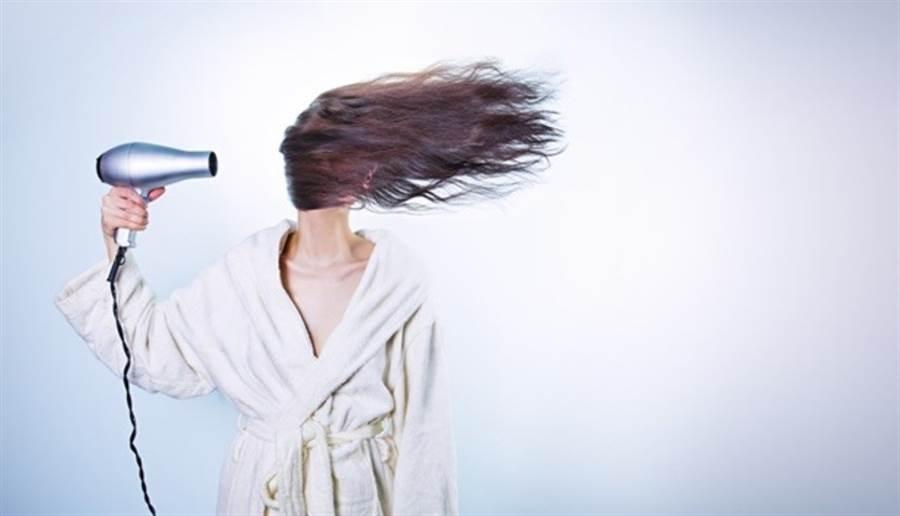 洗完頭沒有吹乾,容易造成濕氣累積在頭部,阻礙頭部氣血循環。(圖/pixabay)